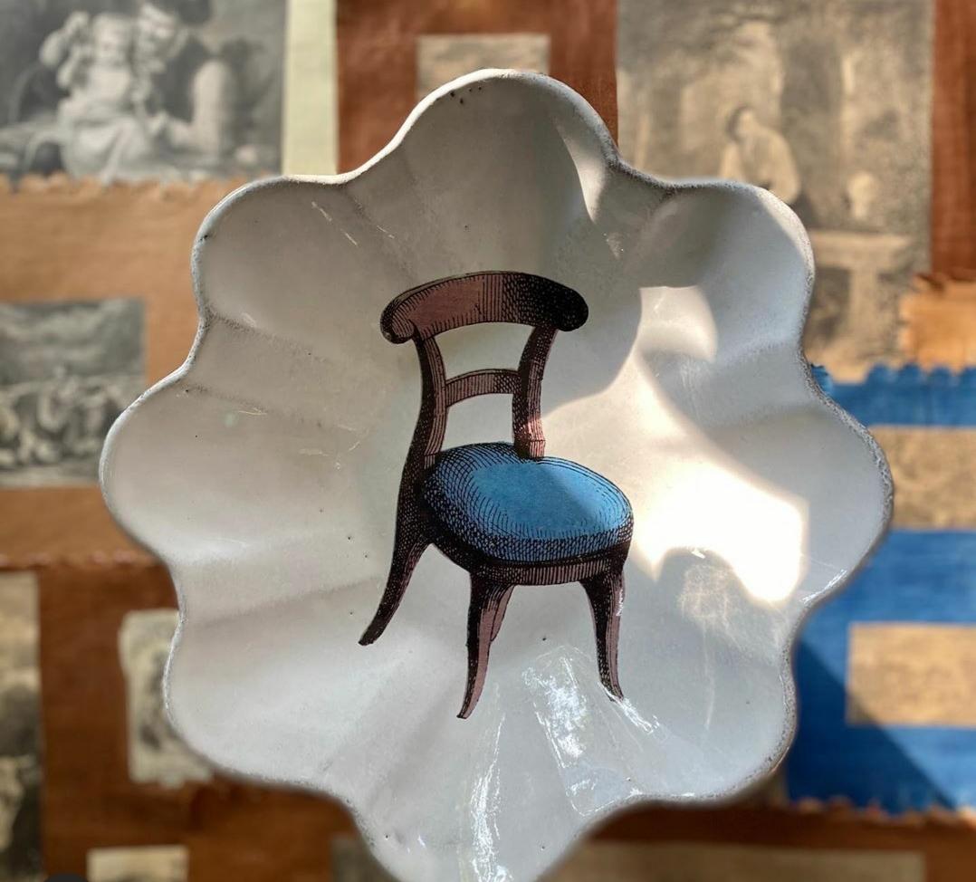 Recipiente de cerámica con imagen vintage de silla azul. John Derian.