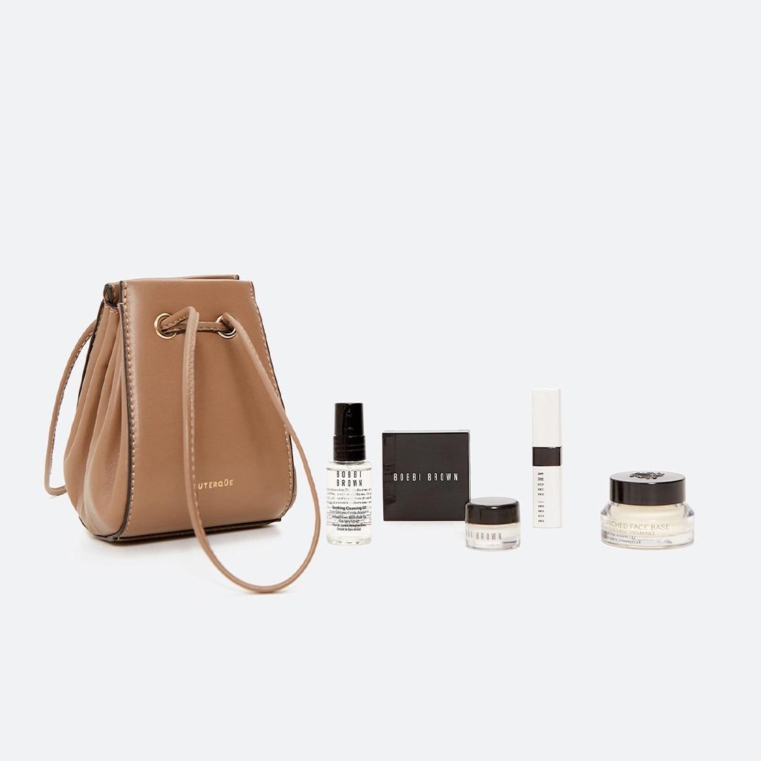 El bolso de piel de Uterqüe contiene cinco productos de skincare y...