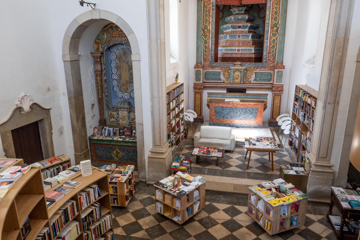 Livraria de Santiago, dentro de la antigua iglesia de Sao Tiago, en Óvidos