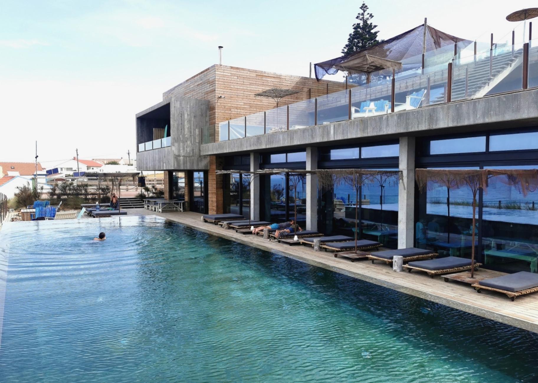 Piscina en el hotel Noah Surf, en Praia de Santa Cruz
