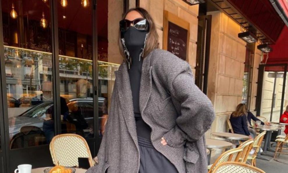 Balenciaga completa el look con sueter negro y mascarilla integrada...