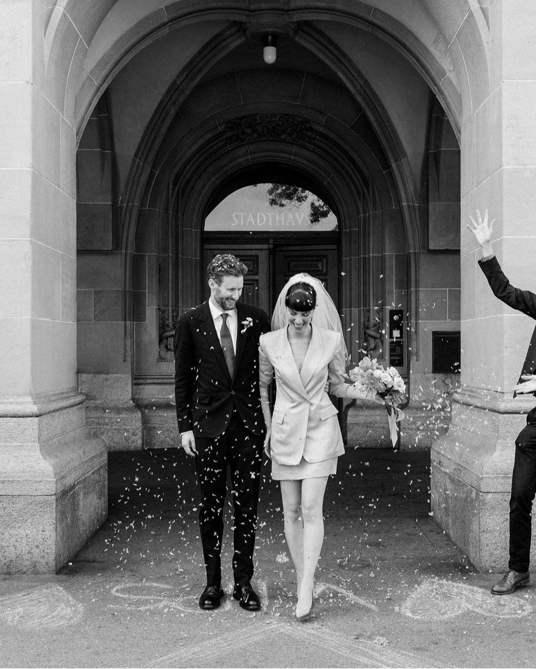 Para las fotos de su boda, Amy Merrick ha elegido a la artista suiza Molly Zaidman, conocida por trabajar con las imágenes analógicas y la luz natural. Foto: Molly Zaidman.