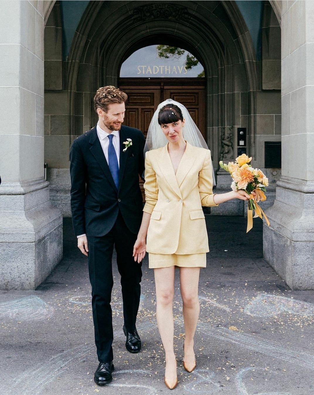 Amy eligió un traje de chaqueta mini en color amarillo con velo y salones a juego como Audrey, pero le dio un toque sesentero con el velo y esa chaqueta que inmortalizó Bianca Jagger. Foto: @amy_merrick.