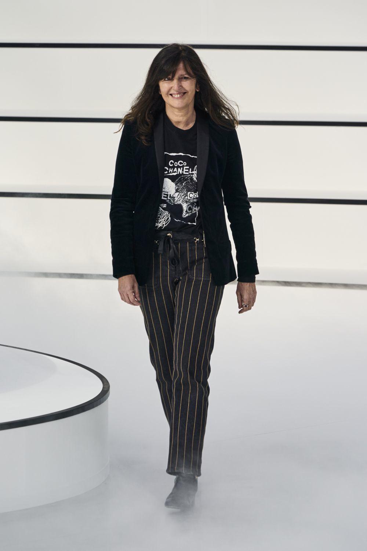 Virginie Viard saludando después de presentar su colección otoño-invierno 2020 en París.