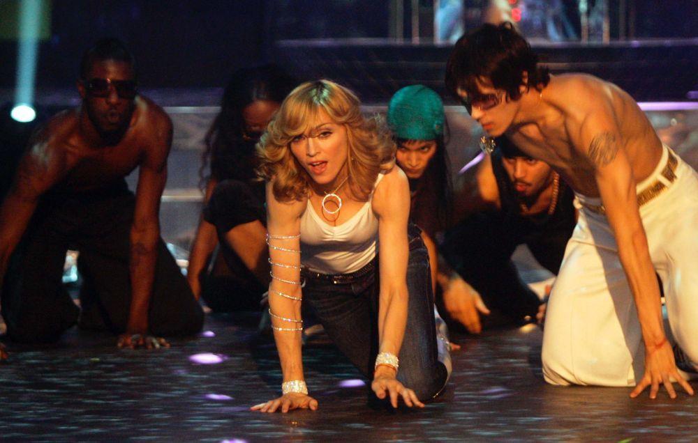 Madonna con otro flequillo waft en 2005 sobre los escenarios versionando la canción Gimme Gimme Gimme.