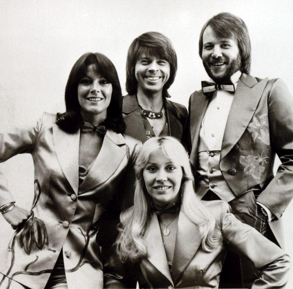 Agnetha Faltskog de ABBA con el mismo corte pero en su versión más lisa y con la raya en medio.