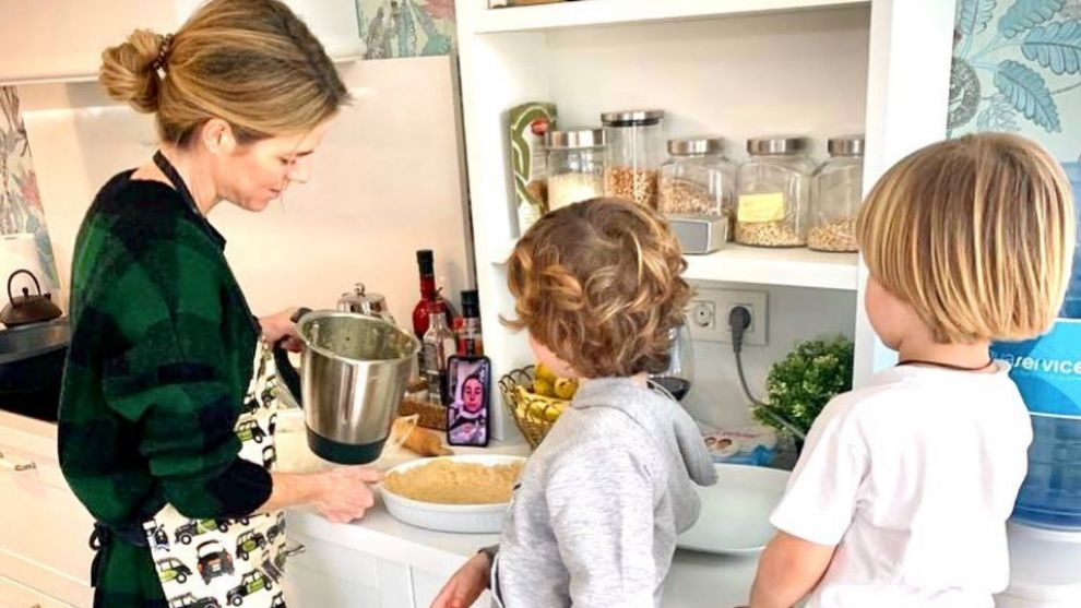 Amelia Bono cocinando junto  a dos de sus hijos