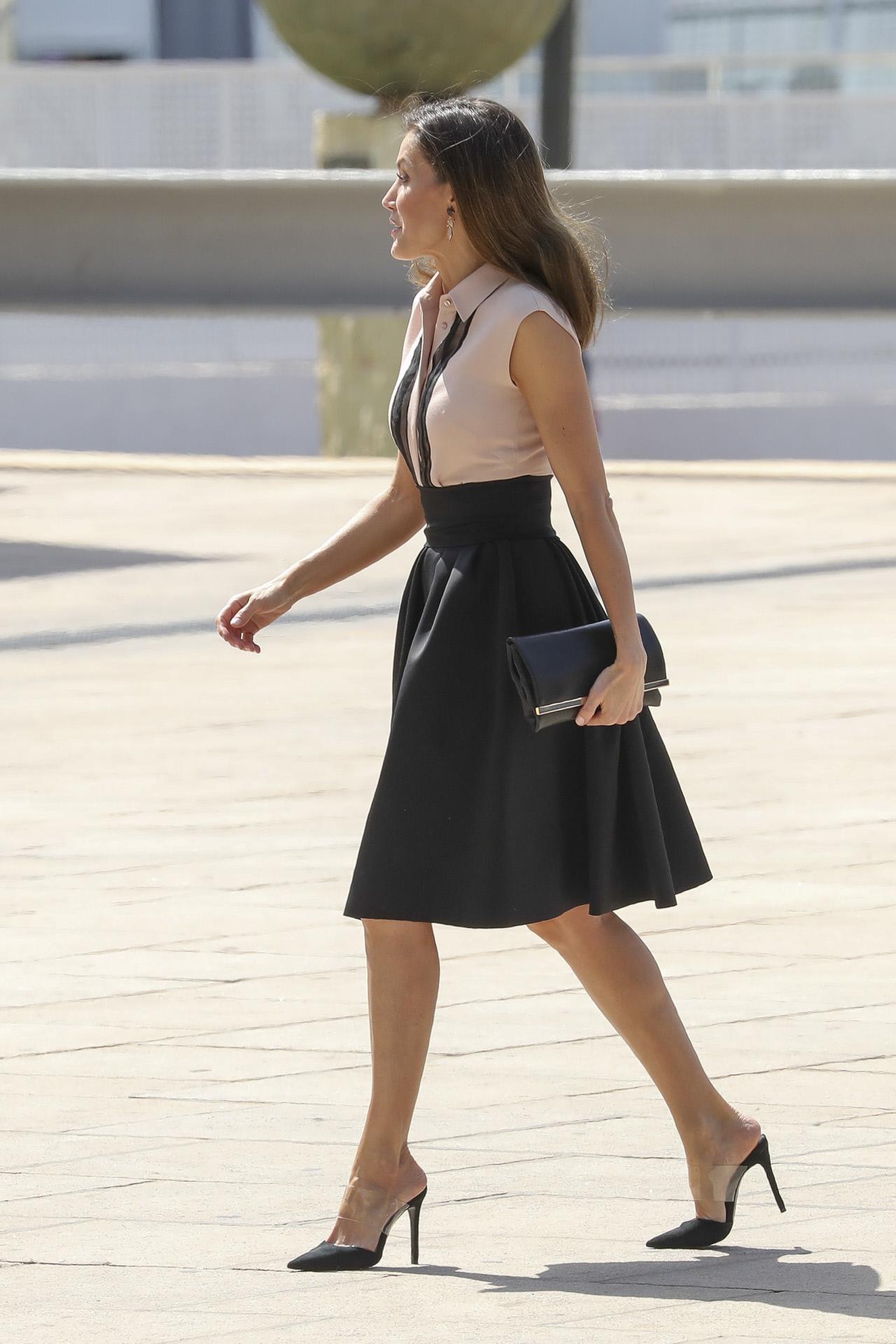 La reina Letizia en Benidorm con falda y camisa de Hugo Boss.