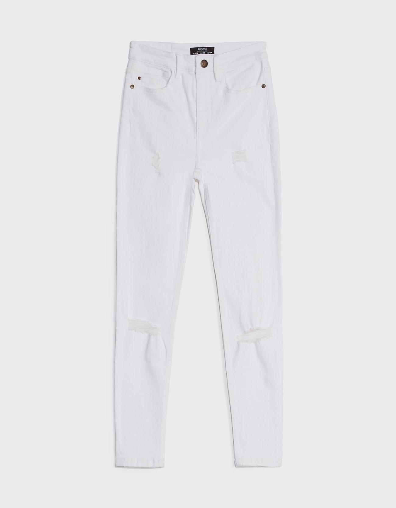 Pantalon blanco de Bershka.
