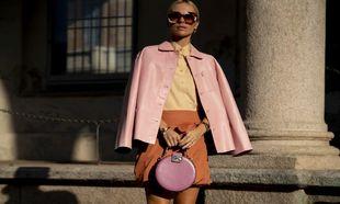 Chaqueta de piel rosa, camisa vainilla, falda color tierra y bolso...