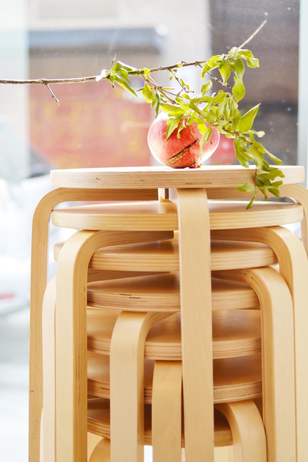 Estos taburetes de madera también puedes comprarlos mañana en el...