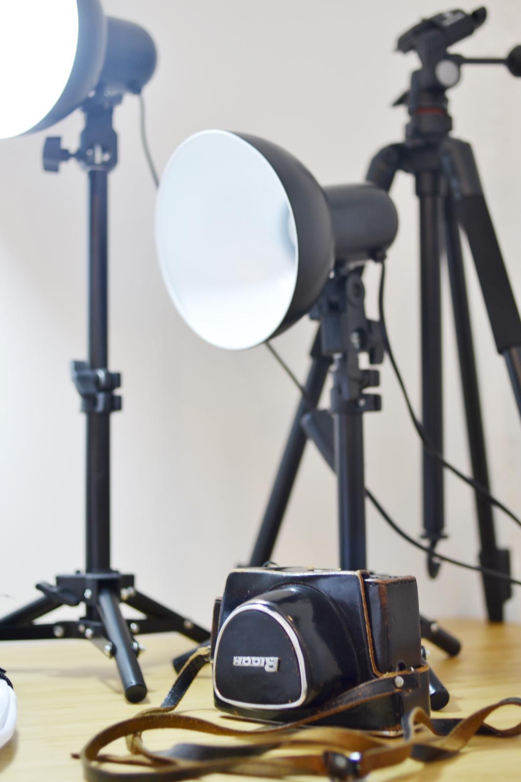 También encontrarás algunos objetos del equipo de fotografía de...