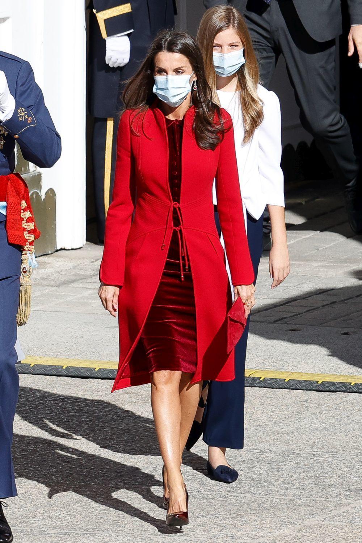 La Reina Letizia se ha decantado por el rojo.