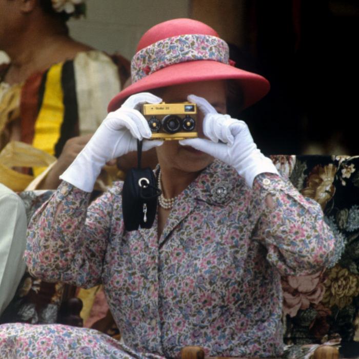 La reina, durante un viaje a la isla de Tuvalu, con su cámara Rollei.
