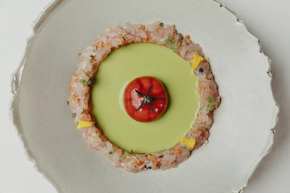 Nitro con gazpacho verde y tartar de quisquillas.