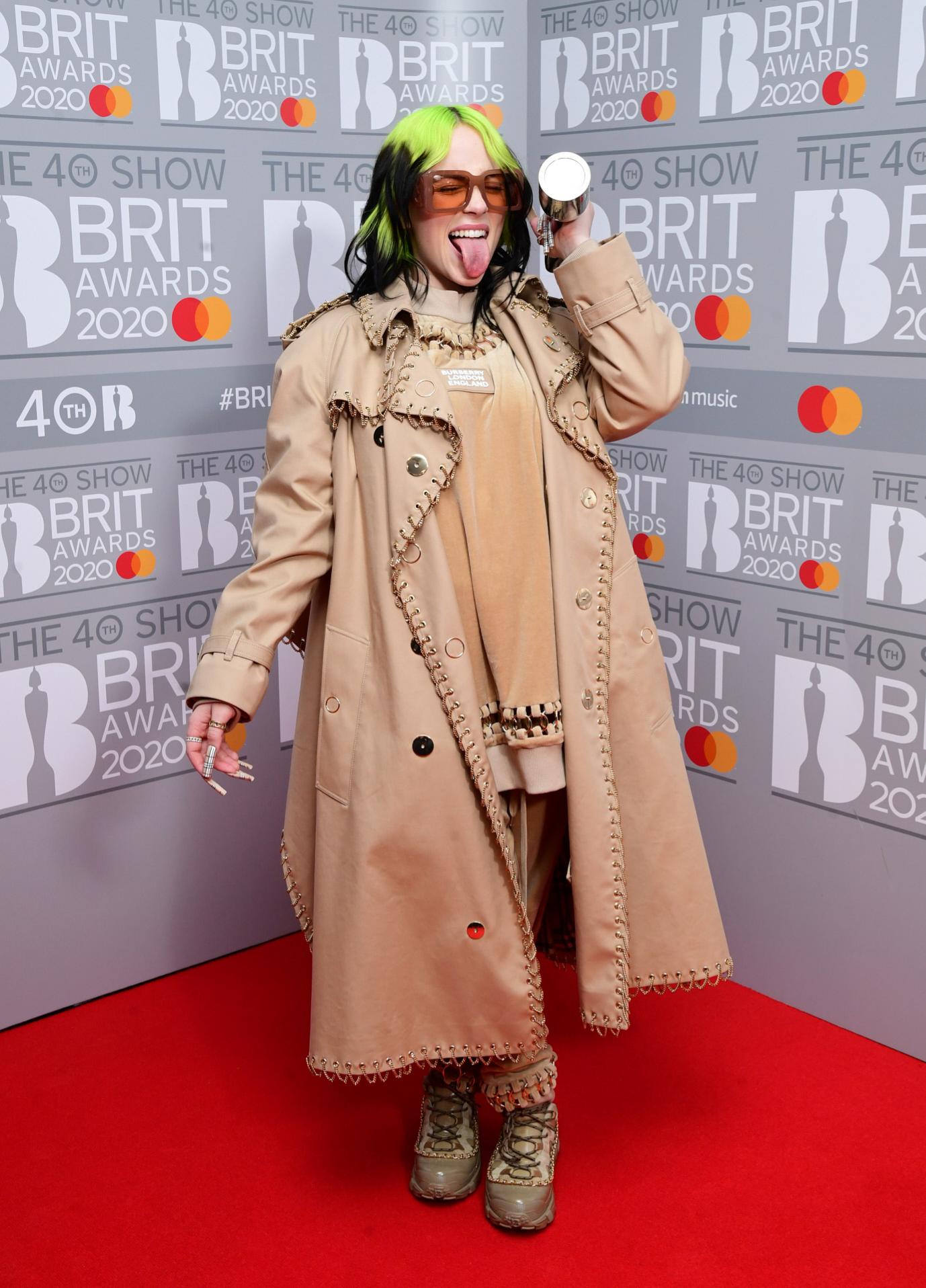 La artista Billie Eilish con el Brit Award Por mejor Artista Femenina Internacional en los premios Brit Awards, en febrero de 2020.