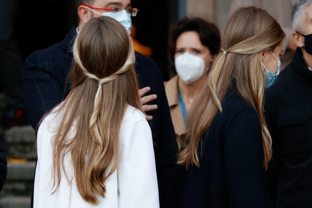 Con este semirrecogido de aires románticos y con mechones retorcidos y más rubios de lo habitual, nos sorprendía la princesa Leonor ayer en Oviedo.