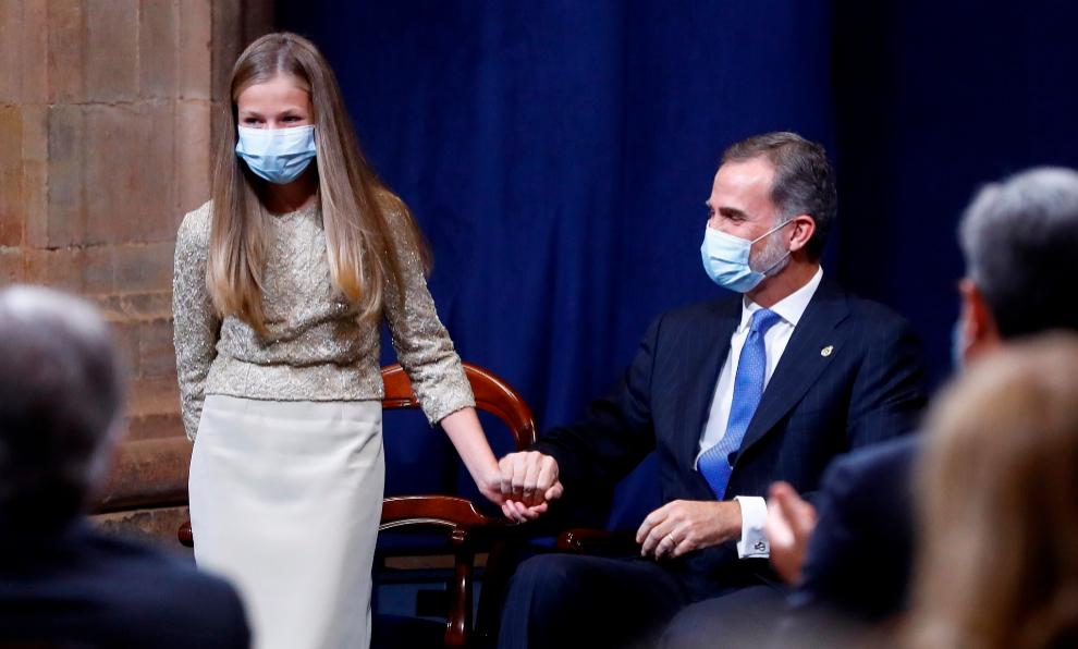 La Princesa Leonor y el Rey Felipe en la ceremonia de los Premios...