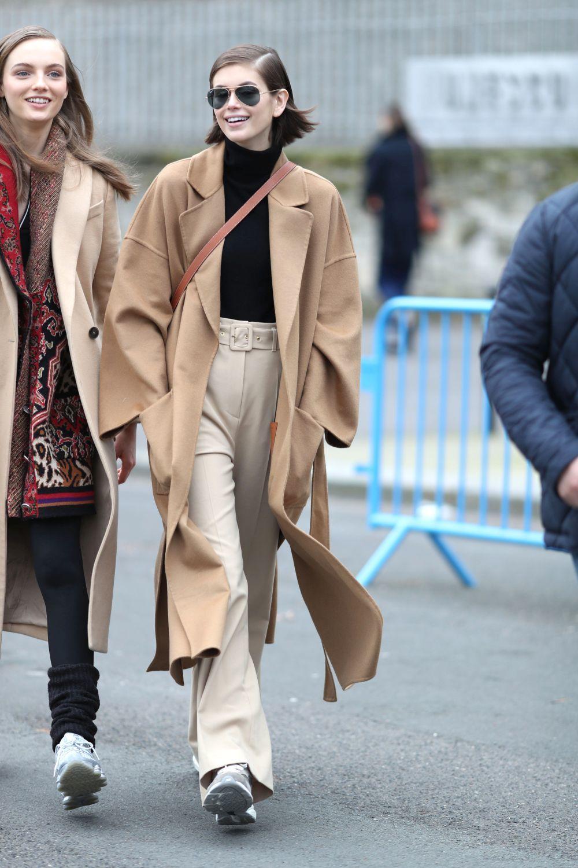 Kaia Gerber con abrigo camel de lazada.