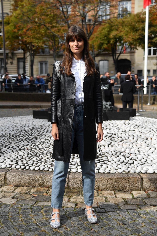 Clara Luciani con jeans y chaqueta de cuero.