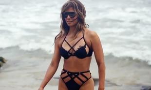 La actriz y chica Bond tiene 54 años, pero la actividad física y su...