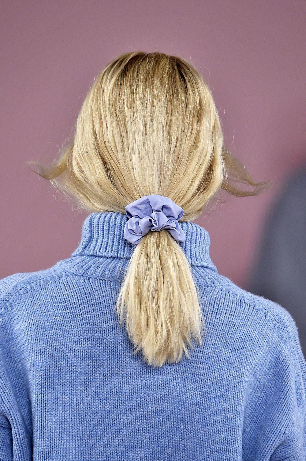También puedes optar por dejar tu pelo con textura y recoger la coleta con un coletero vistoso o scrunchie a tono con tu outfit.