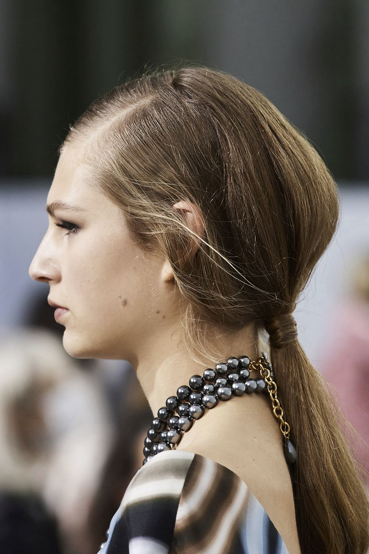 La coleta baja y con volumen de Chanel de cara a la próxima primavera, inspira nuestros looks incluso para los días de lluvia.