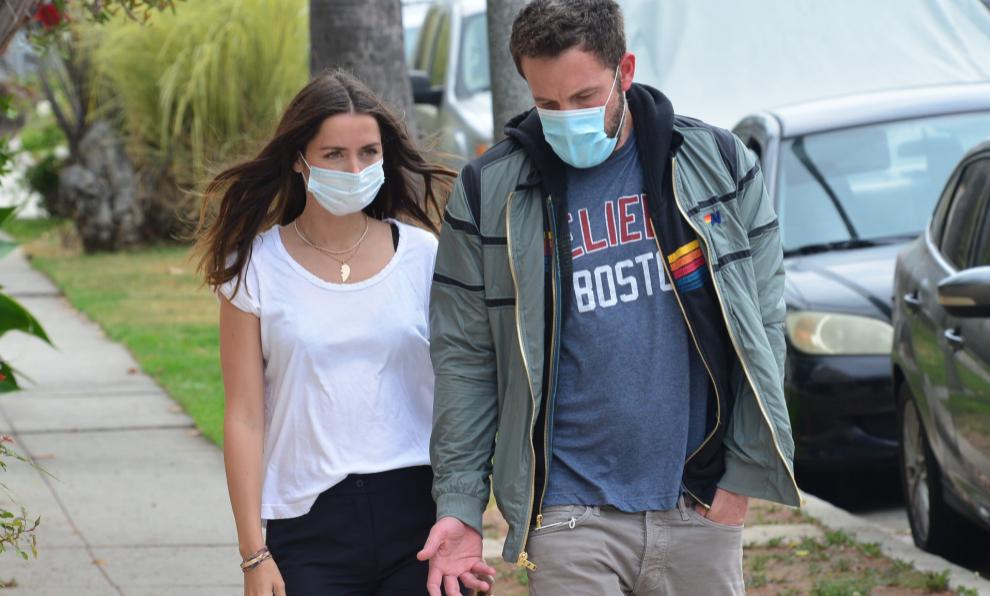 Ana de Armas y Ben Affleck paseando juntos por las calles de Los...