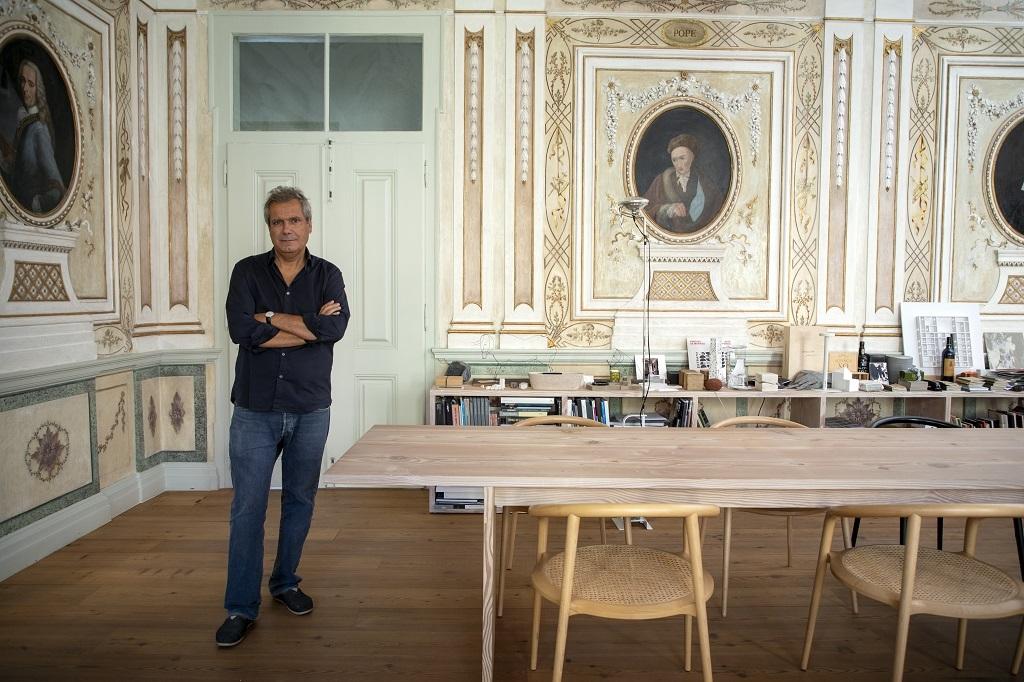 Manuel Aires Mateus, en su estudio, un bello edificio restaurado del...