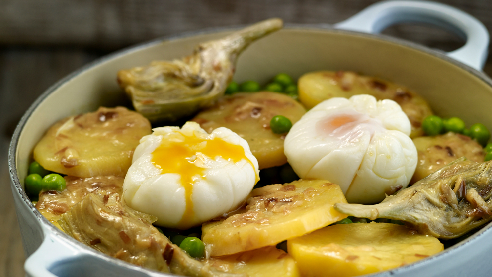Patatas guisadas con huevos escalfados