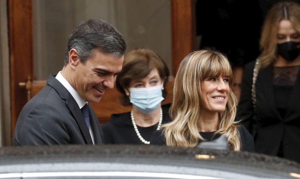Begoña Gómez con su marido Pedro Sánchez en el Vaticano estrenando look de pelo.