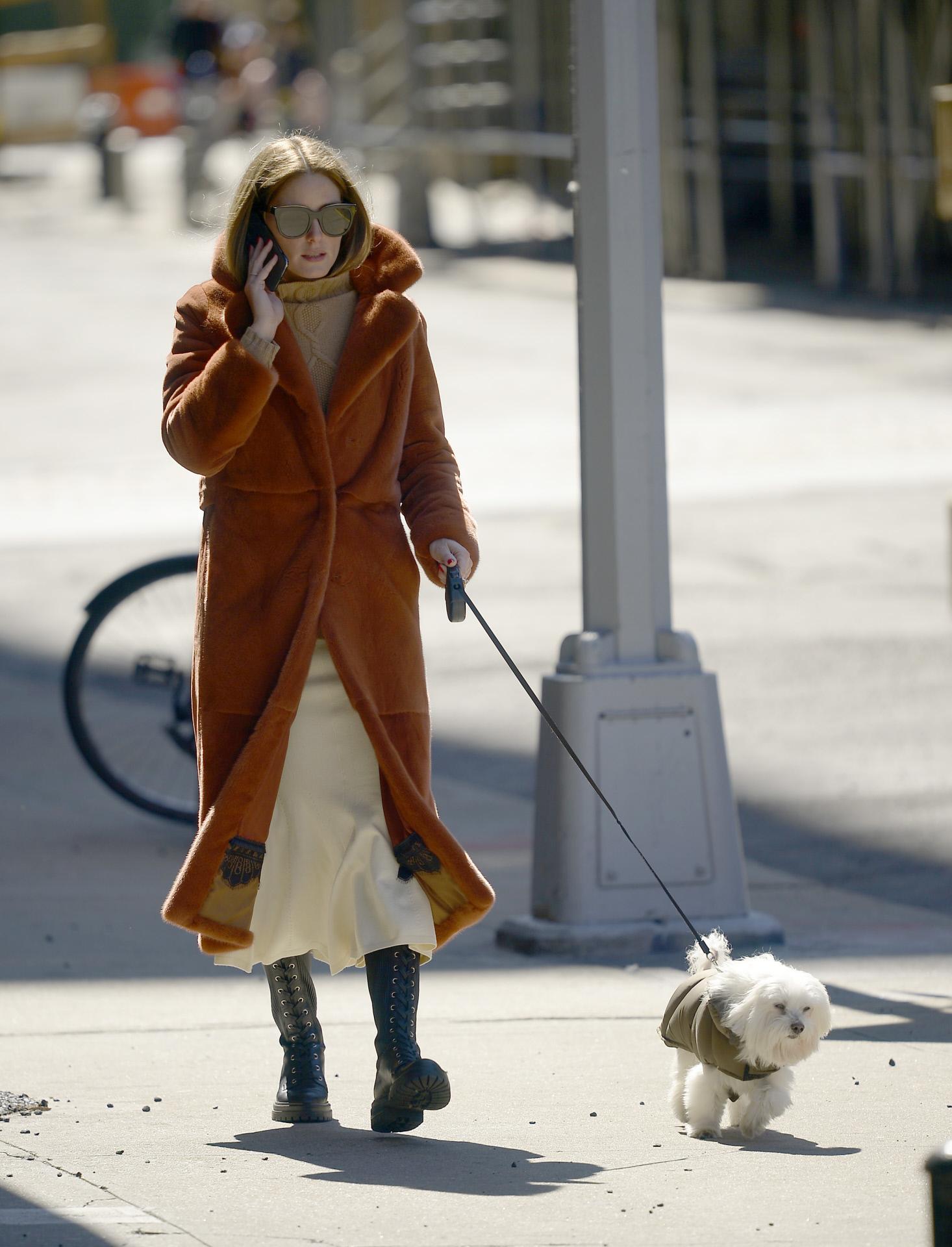 Olivia Palermo con abrigo de peluche.