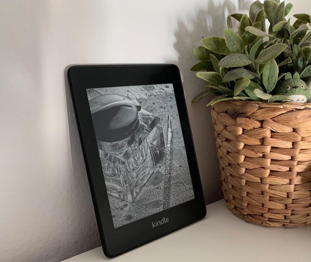 El Kindle Paperlight es ligero, tiene una resolución de pantalla excelente, 32 GB de capacidad y es resistente al agua.