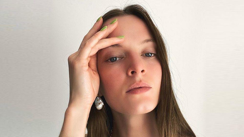 La modelo Daria Strokous con una manicura verde lima que nos encanta.