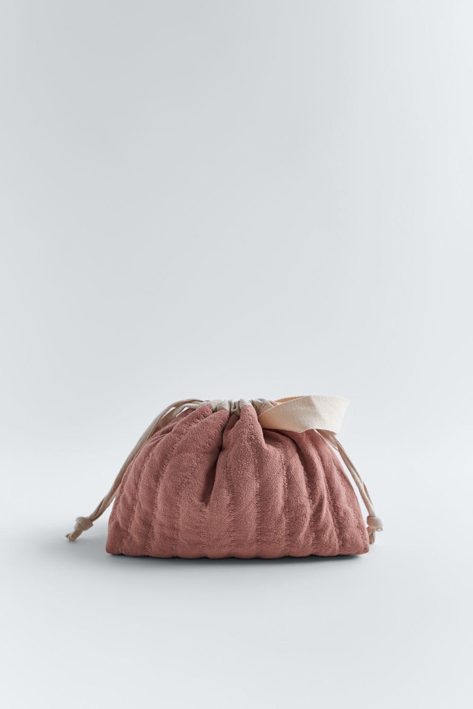 El neceser de belleza y algunos de sus accesorios son mezcla de lino y algodón.