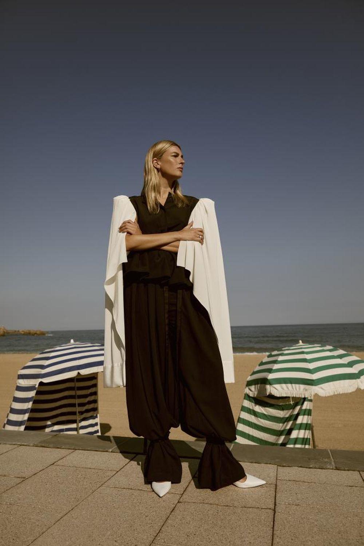 Blusa de seda con manga abierta, pantalón con lazos, fajín a la cintura y salones de LOEWE.