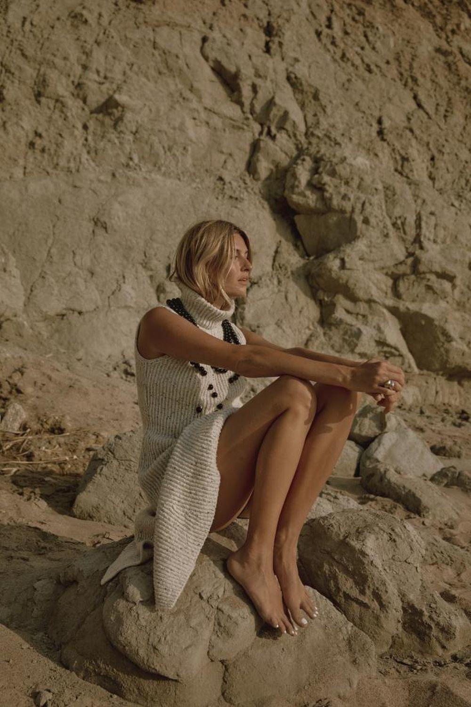 Camille con vestido sin mangas de lana y adorno de perlas de LOEWE.
