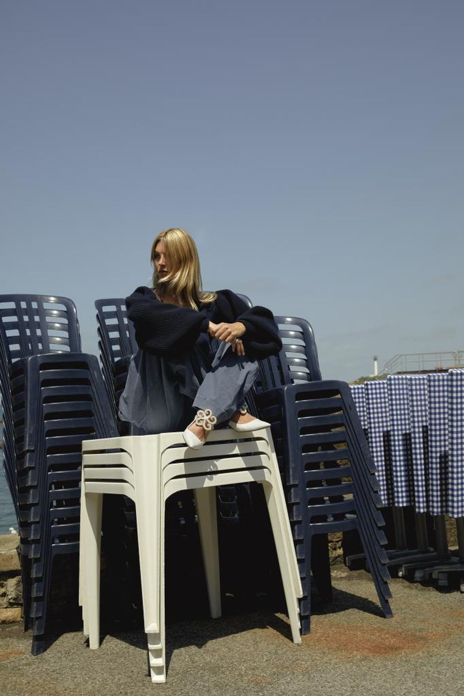 Jerse y en lana con manga globo y jeans, ambos de LOEWE.