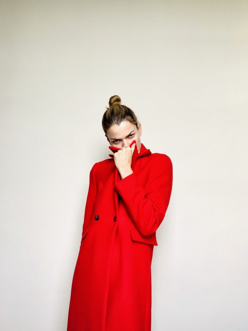 Alejandra de Rojas con abrigo rojo de Caroll París.