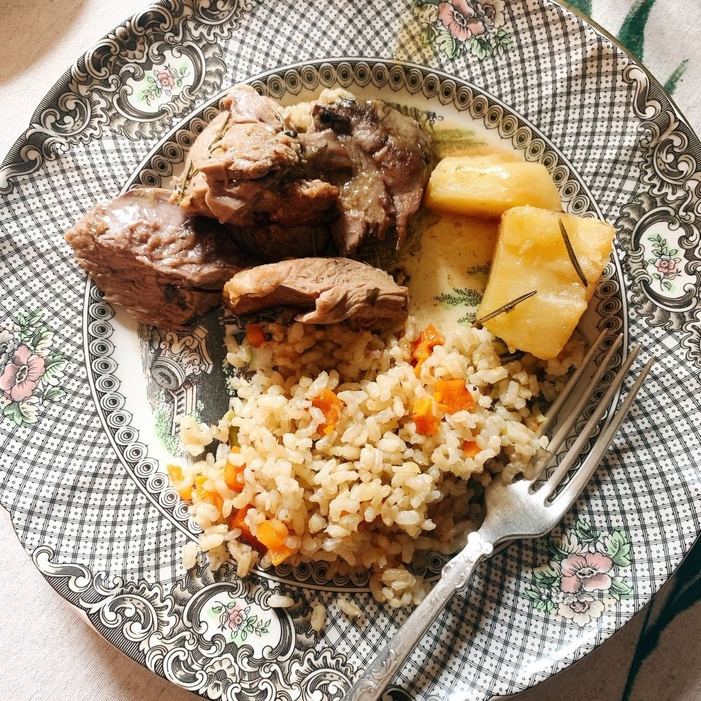 Plato de cordero con arroz.