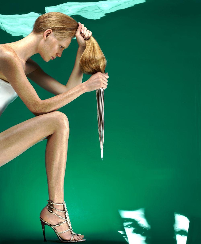 Haz un aclarado de tu pelo con agua fría antes de secarlo así evitarás que se engrase más tu cuero cabelludo.