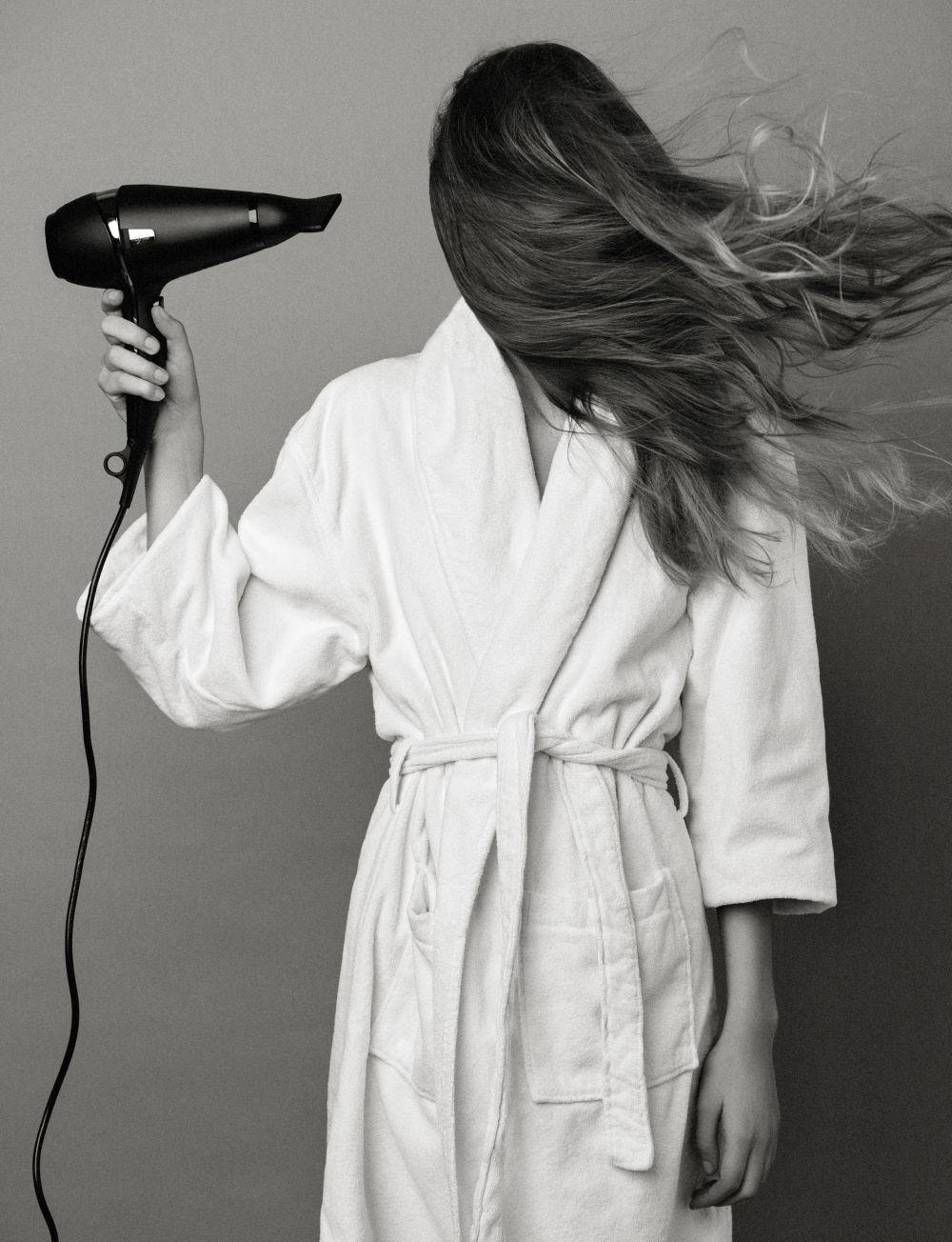 No acerques mucho el secador a tu melena y apuesta por aire más templado para peinar y modelar tu pelo.