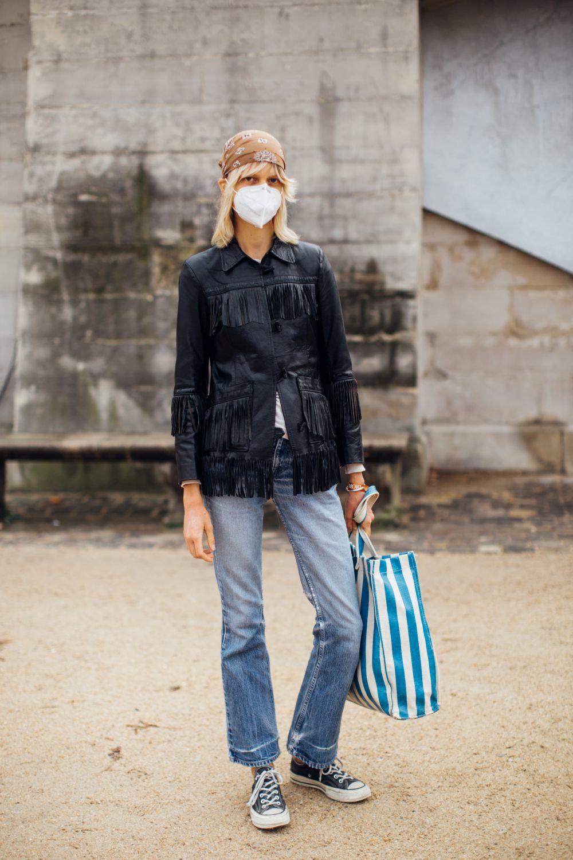 Una modelo acude a los desfiles de París.