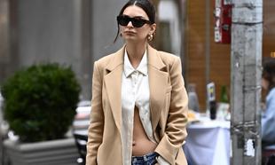 Emily Ratajkowski pasea por las calles de Nueva York enseñando...