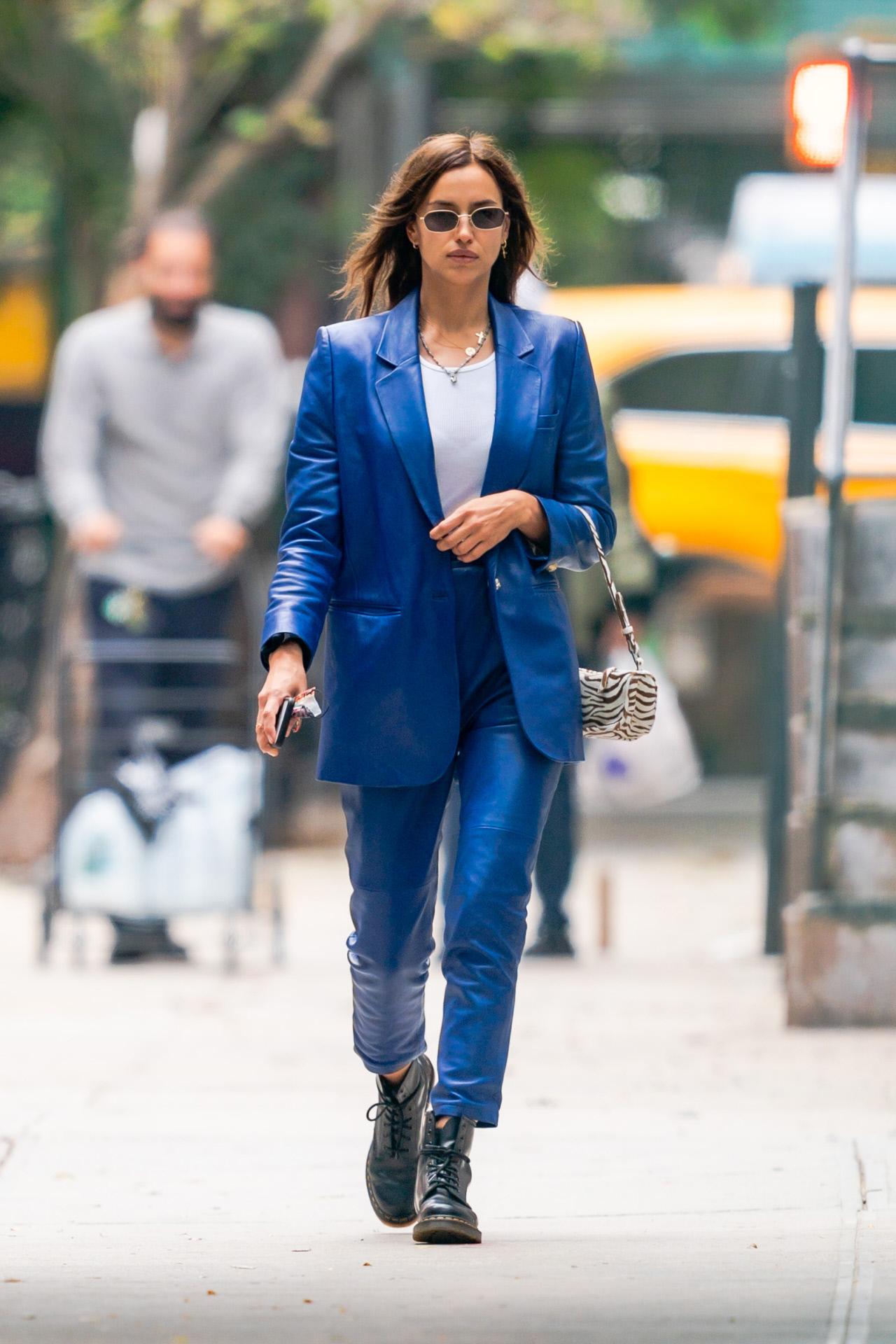 La modelo Irina Shayk con sastre azul de cuero.