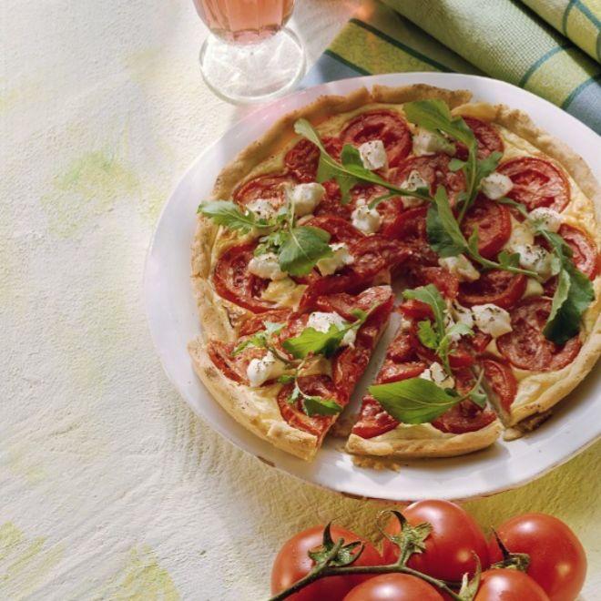 Quiche caprese con tomate, mozzarella y albahaca.