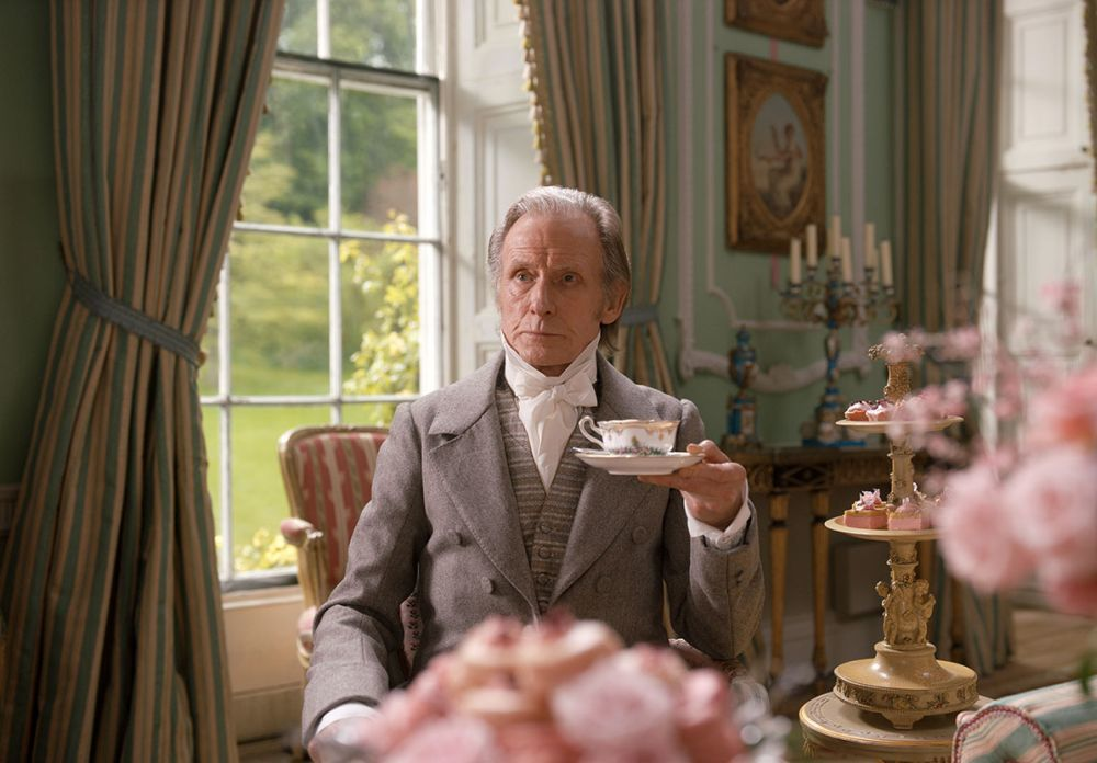 Bill Nighy interpreta al padre de Emma Woodhouse en la película.
