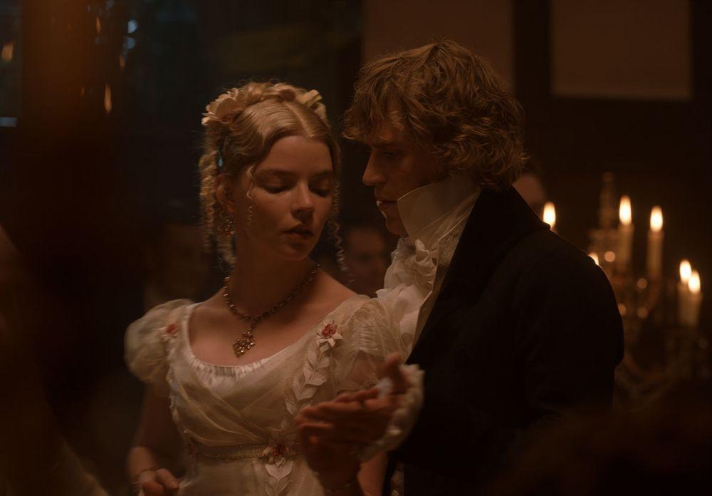 """Nya Taylor-Joy y Johnny Flynn en la escena de baile de """"Emma""""."""