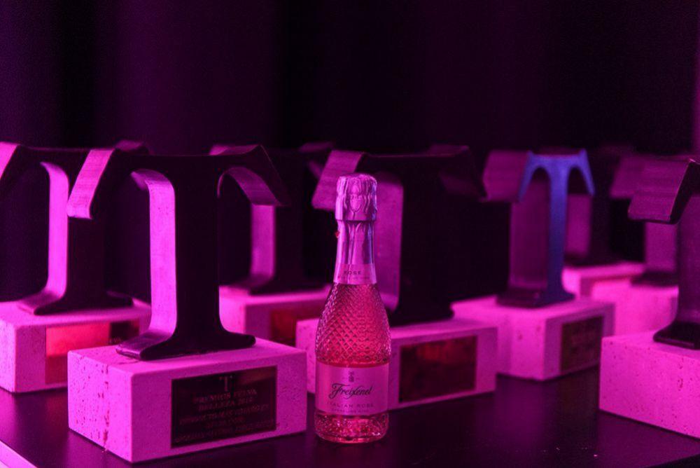 Los trofeos junto a uno de los obsequios de los patrocinadores.