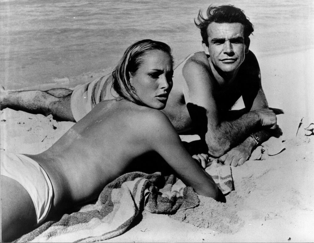 "Sean Connery junto a Ursula Andress en ""James Bond contra el Doctor No""."